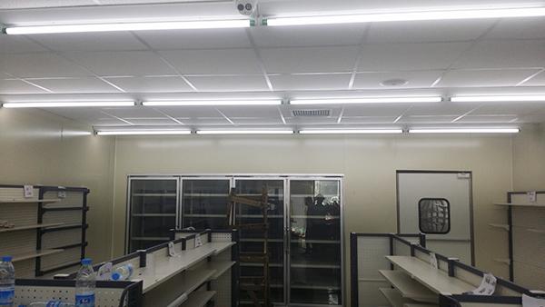 超市灯具安装现场